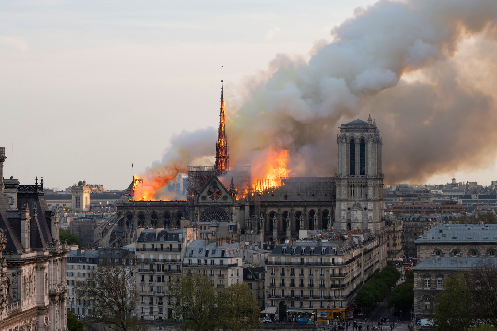 Après l'incendie de Notre-Dame, Macron annonce qu'elle sera reconstruite sous 5 ans