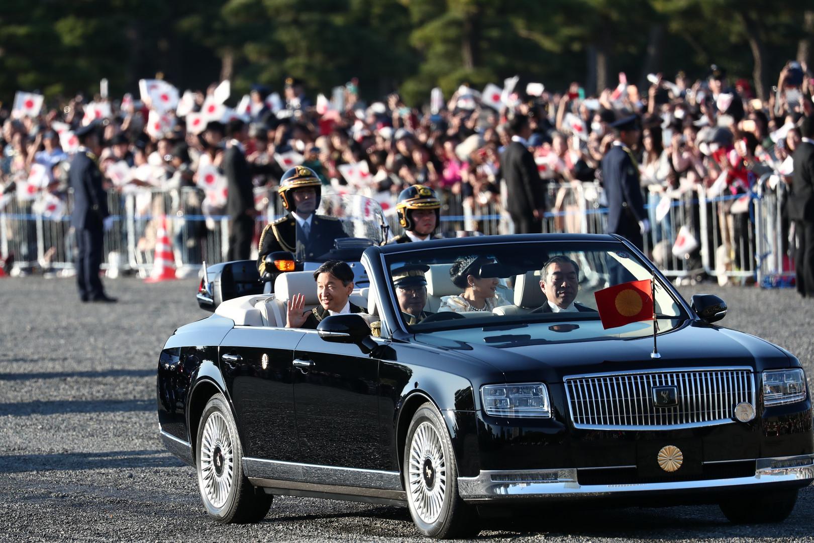 Le nouvel empereur Naruhito et l'impératrice Masako ont effectué un rarissime défilé en décapotable à travers Tokyo