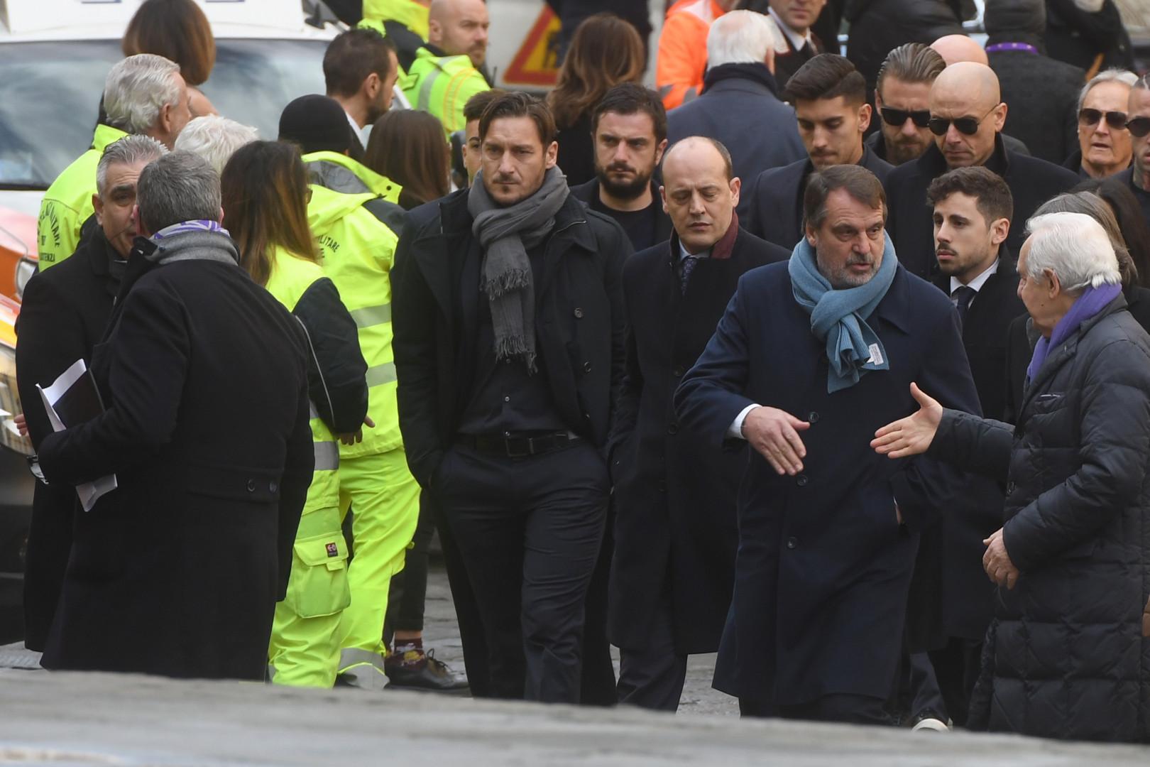 L'ancien capitaine de l'AS Rome Francesco Totti (au centre)