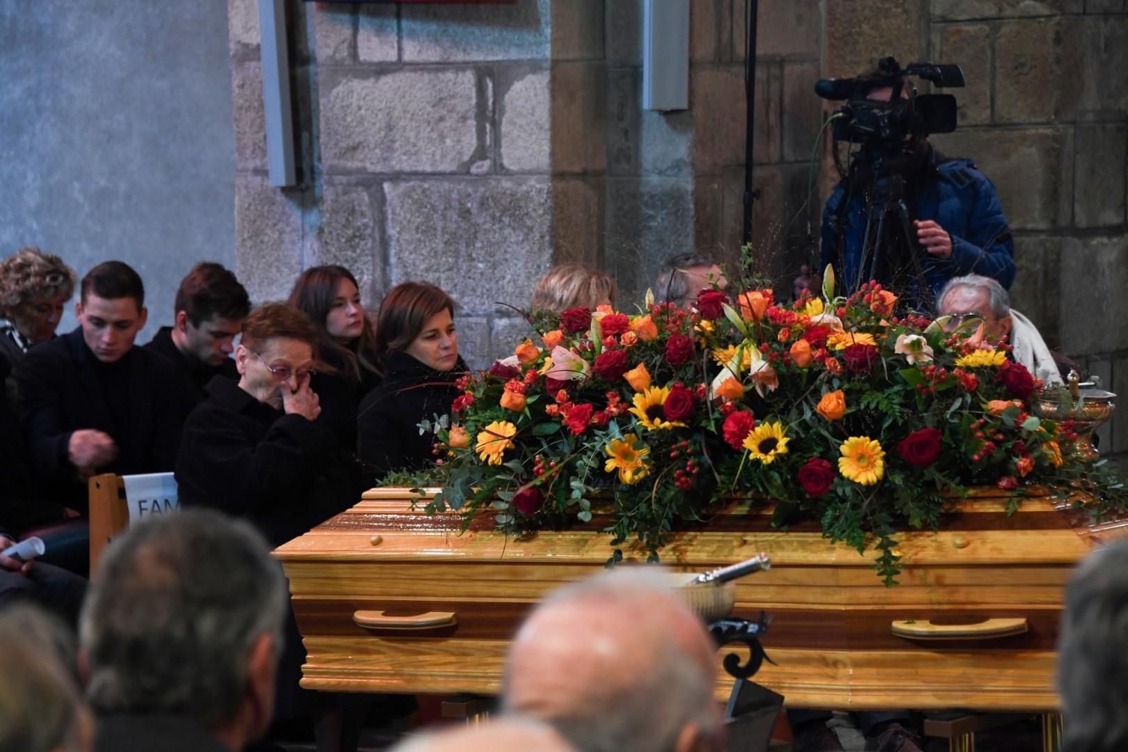 Le cercueil de Raymond Poulidor est amené dans l'église