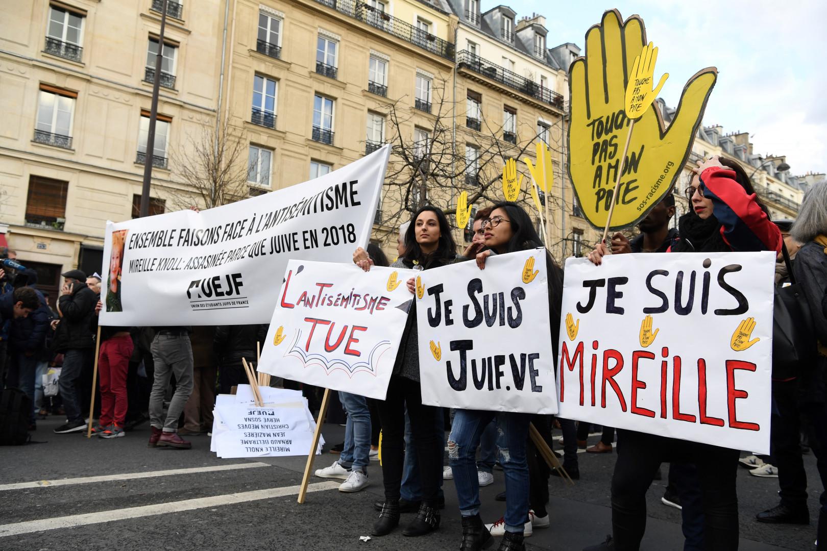 Des milliers de personnes se sont réunies place de la Nation, à Paris, lors de la marche blanche en hommage à Mireille Knoll
