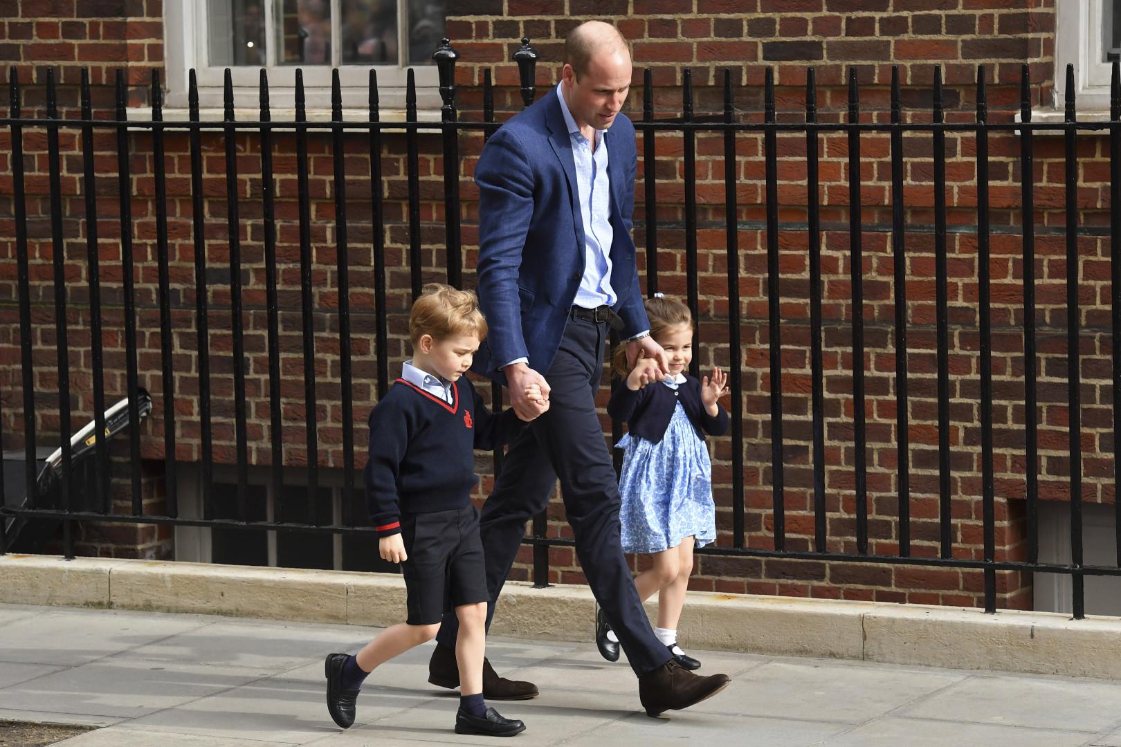 """Le prince William arrive à la maternité avec George et Charlotte après la naisson du troisième """"Royal Baby"""""""