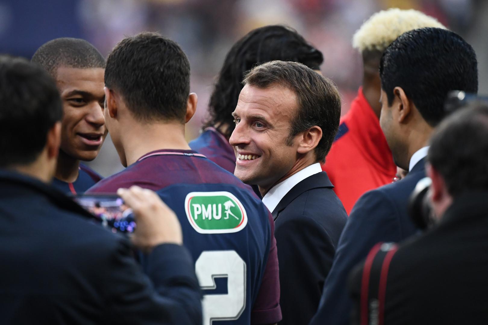 Emmanuel Macron sur la pelouse en conversation ave Thiago Silva et Kylian Mbappé