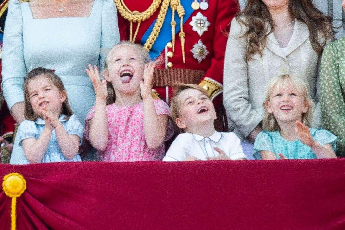 """La princesse Charlotte, Savannah Phillips, le prince George et Isla Phillips (gauche à droite) assistent émerveillés à la cérémonie """"Tropping the Colours"""", le 9 juin 2018"""