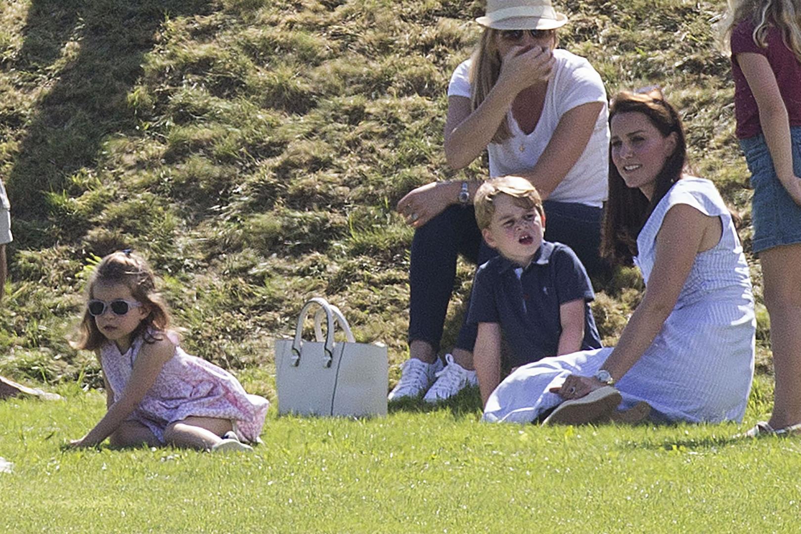 La princesse Charlotte et le prince George se détendent sur la pelouse avec leur mère Kate