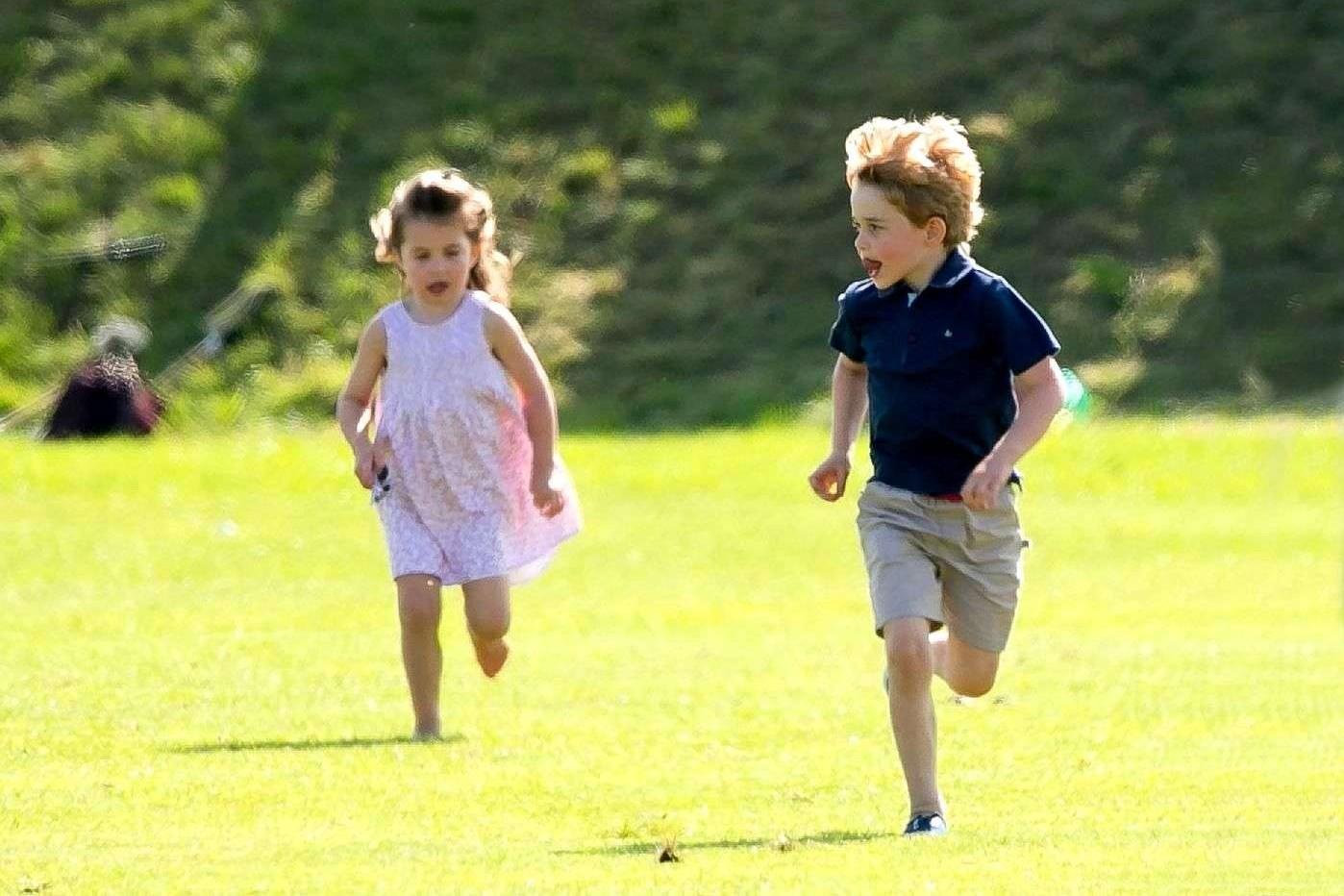 La princesse Charlotte et le prince George débordent d'énergie sur la pelouse