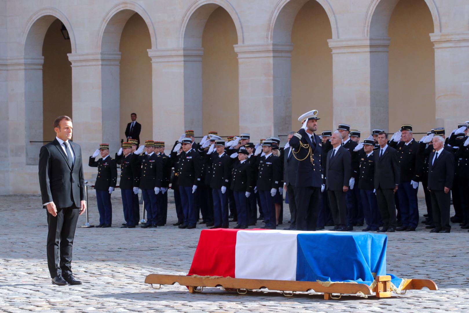 Emmanuel Macron, debout devant le cercueil de Jacques Chirac dans la cour des Invalides, le 30 septembre 2019