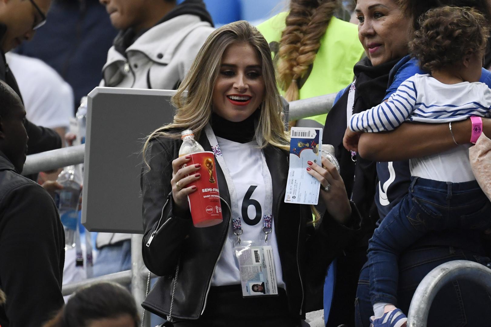 Maria Salaues, compagne de Paul Pogba, en tribune avant le début du match France-Belgique mardi 10 juillet 2018