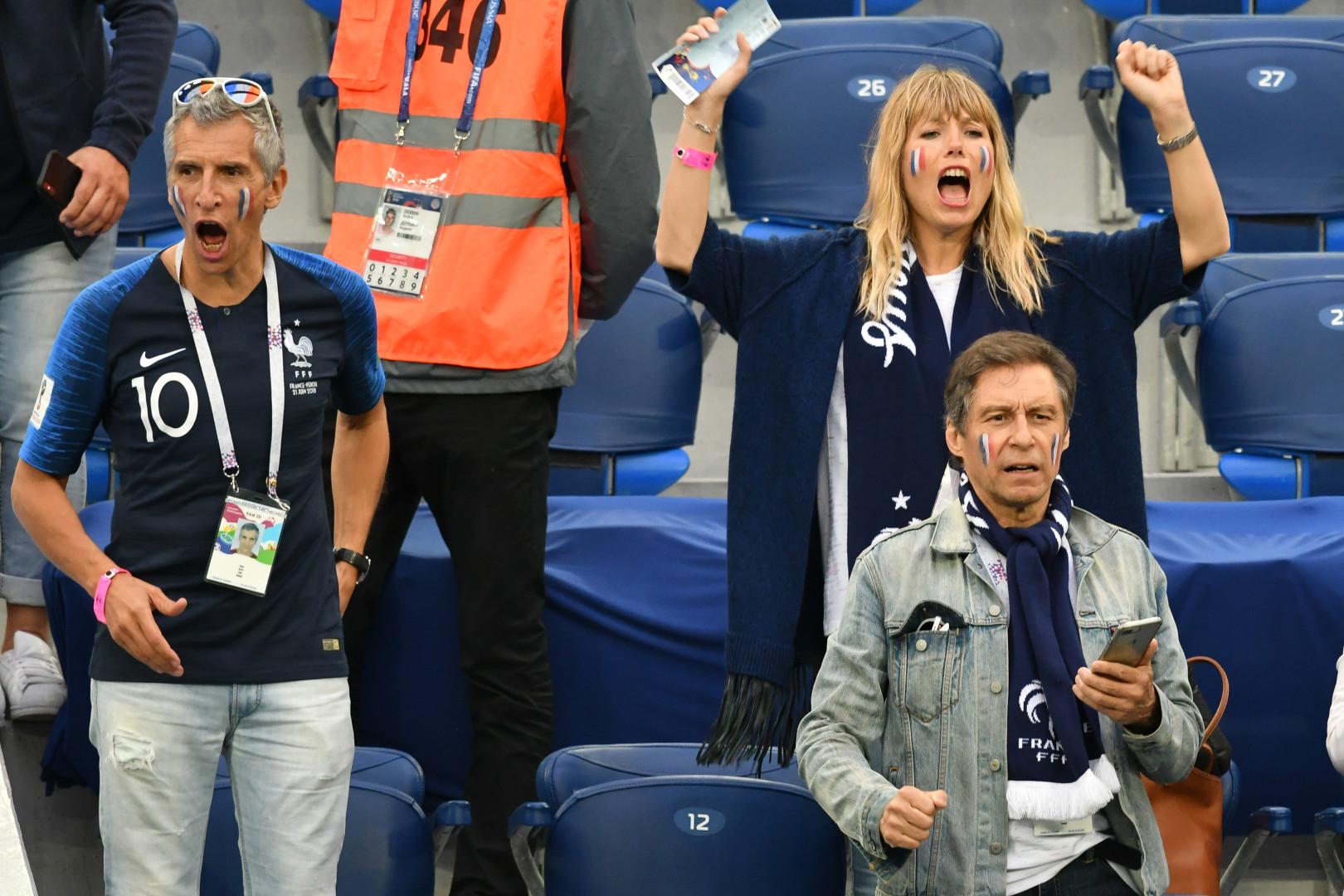 Nagui et son épouse, l'actrice Mélanie Page, dans les tribunes de France-Belgique mardi 10 juillet 2018