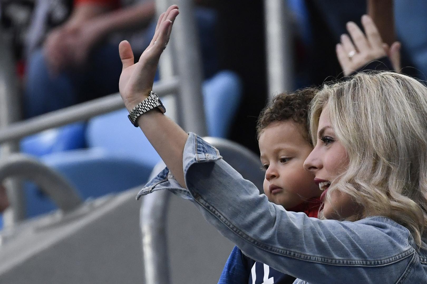 L'épouse de Raphaël Varane, Camille Tytgat, et leur fils Ruben avant le début du match des Bleus face à la Belgique