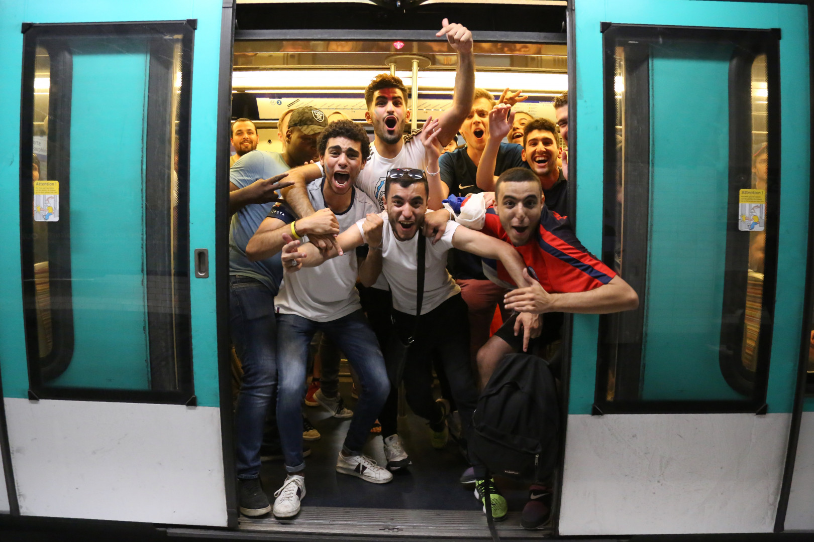 Les Français célèbrent la victoire de la France contre la Belgique mardi 10 juillet dans le métro à Paris.