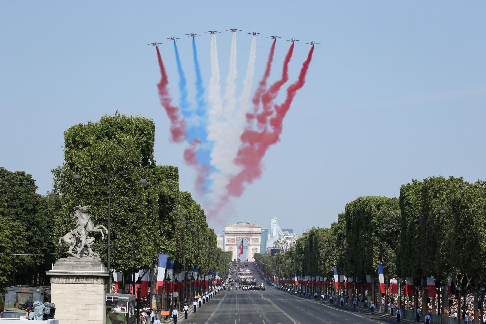 Avec un petit faux-pas dans l'alignement des couleurs, la patrouille de France a survolé les Champs-Élysées aux alentours de 10h45 ce samedi 14 juillet 2018