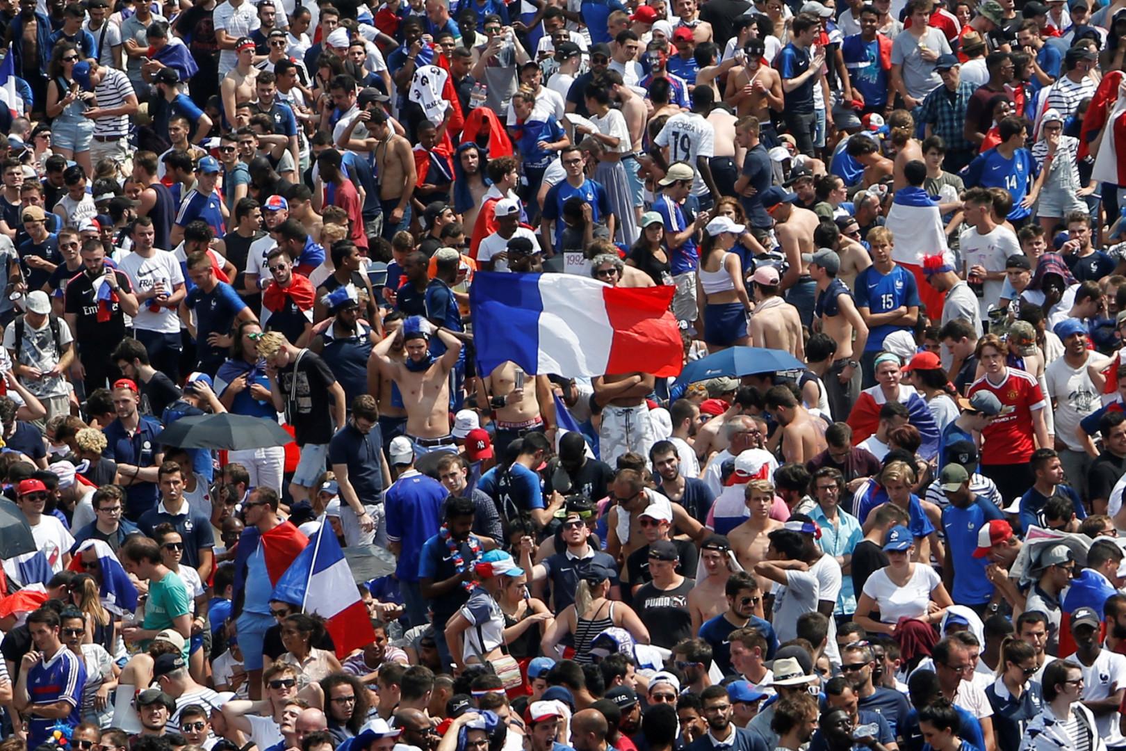 Les supporters français dans la fan zone au Champ de Mars à Paris, le 15 juillet 2018 pour la finale de la Coupe du Monde, France-Croatie.