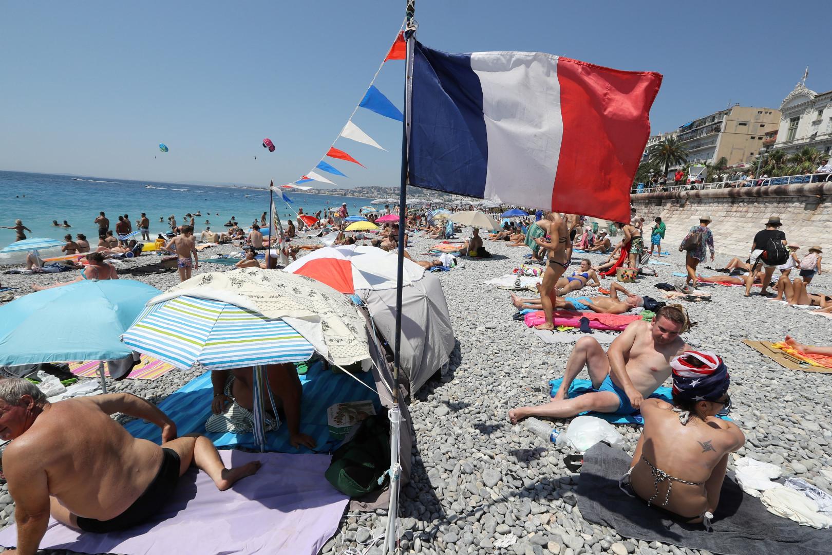Les Français supportent les Bleus, y compris depuis la plage, ici à Nice, le 15 juillet 2018, quelques heures avant la finale de la Coupe du Monde.