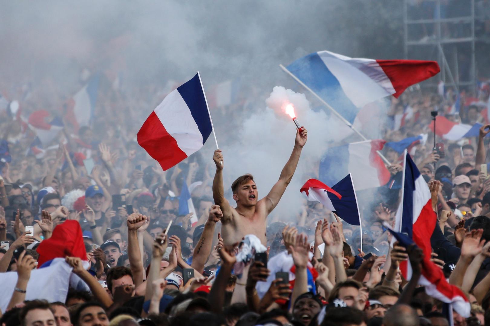 Des supporters français sur le Champ-de-Mars le 15 juillet 2018