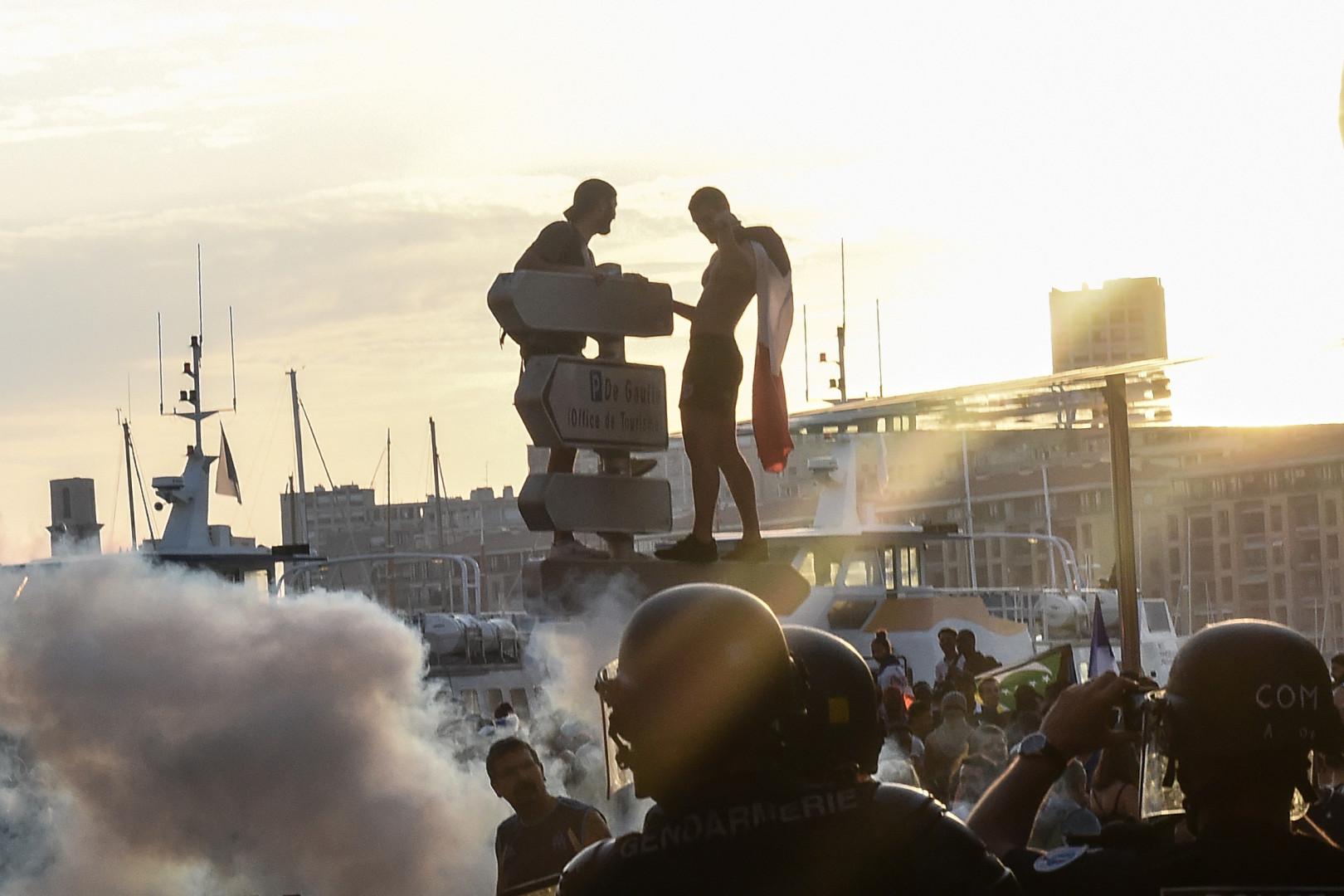 Des supporters grimpent sur les panneaux de signalisation à Marseille le 15 juillet.