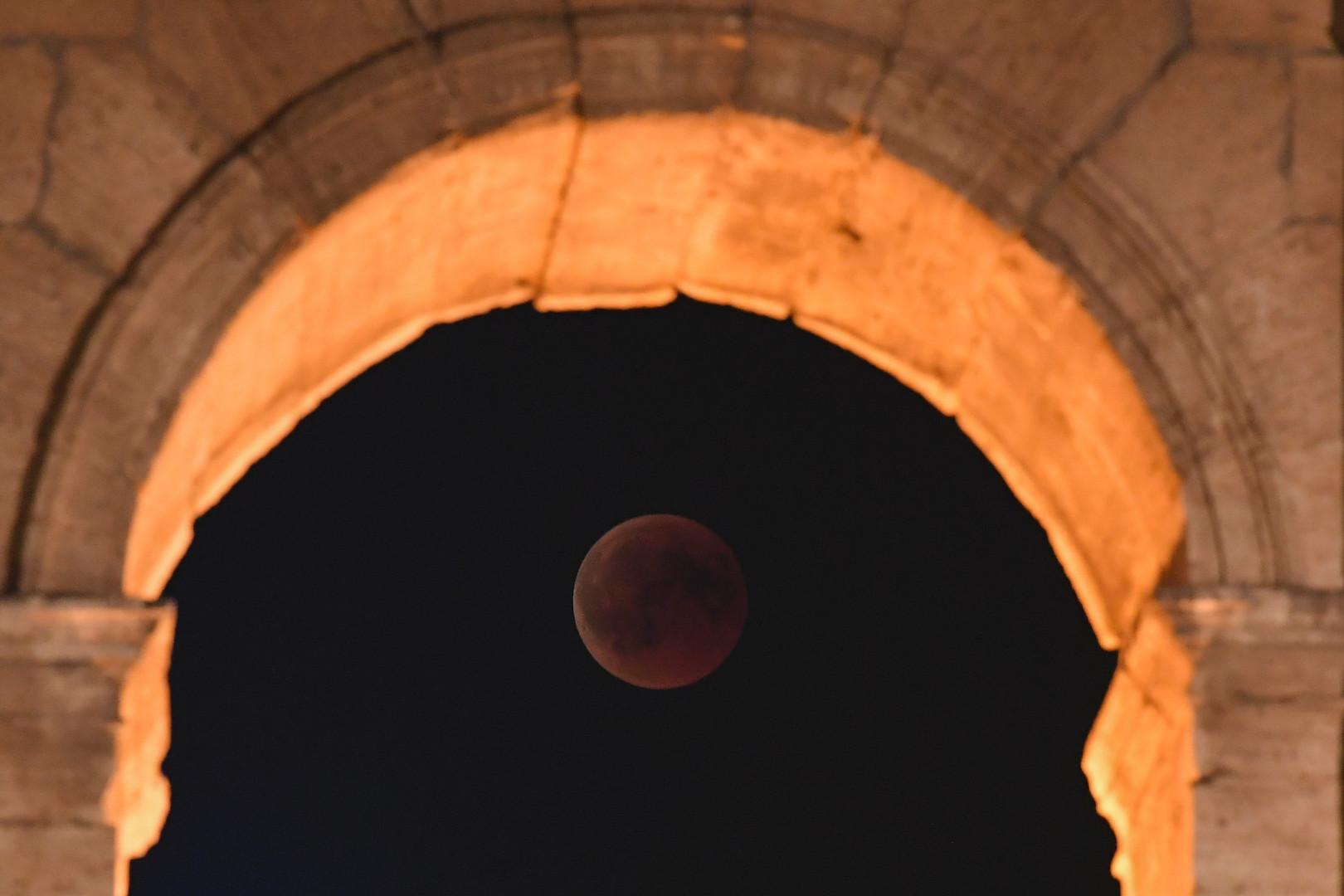 L'éclipse de Lune derrière le Colisée à Rome en Italie le 27 juillet 2018
