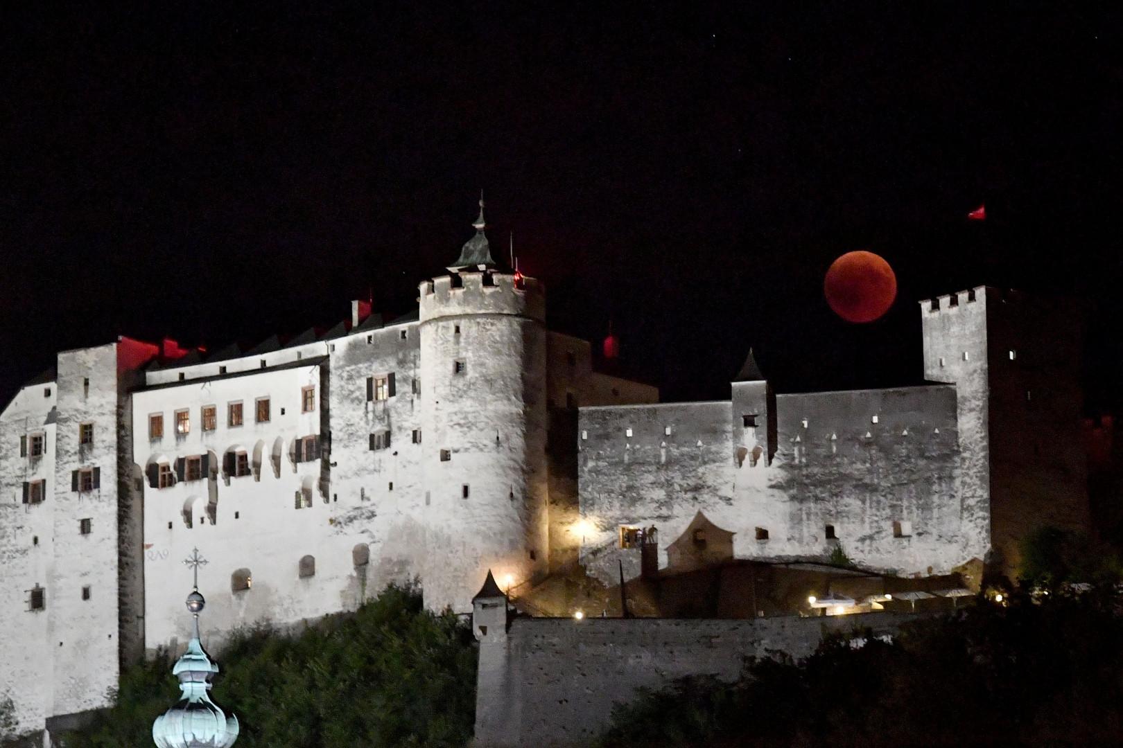 La Forteresse de Hohensalzburg pendant l'éclipse totale de Lune, à Salzbourg en Autriche