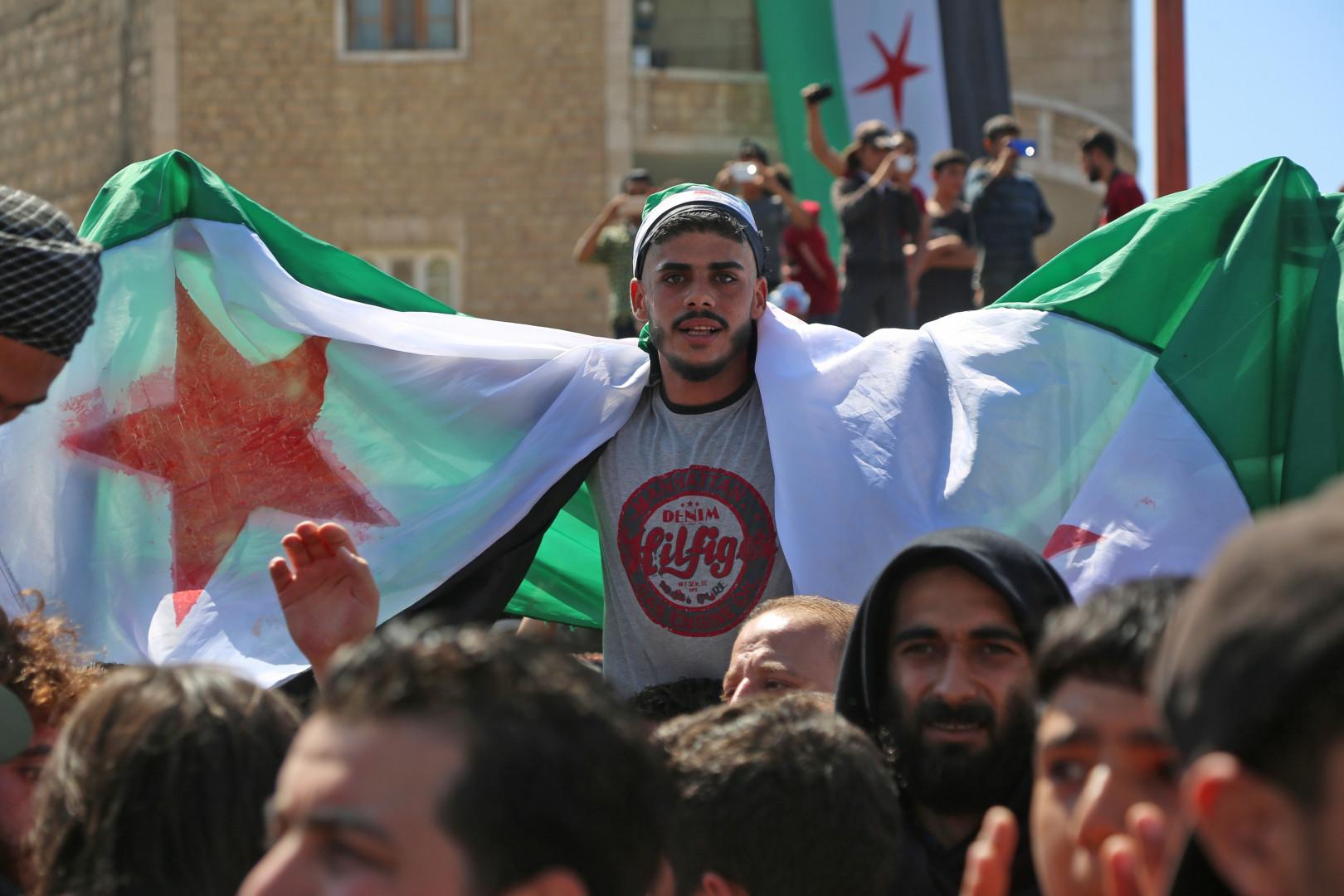 Le drapeau de l'opposition flotte dans la province d'Idleb pour protester contre le régime de Bachar al-Assad et le massacre annoncé