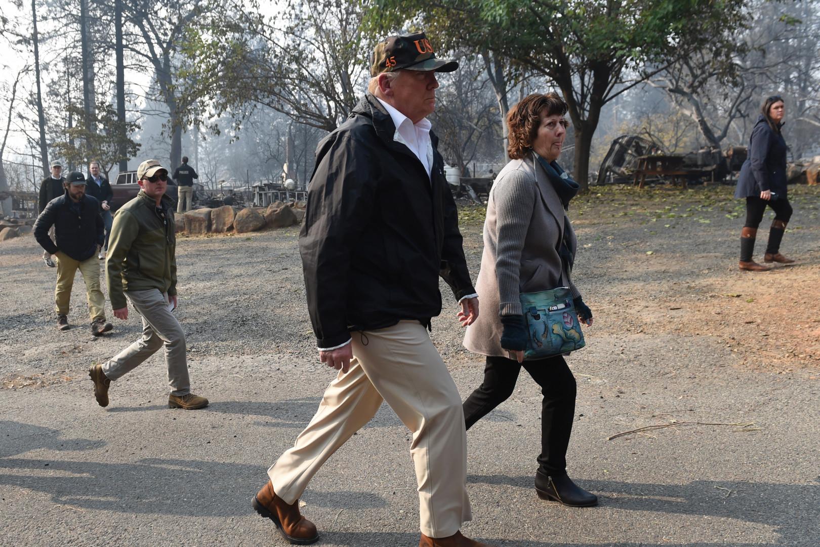 Donald Trump accompagné de la maire de Paradise Jody Jones, le 17 novembre 2018