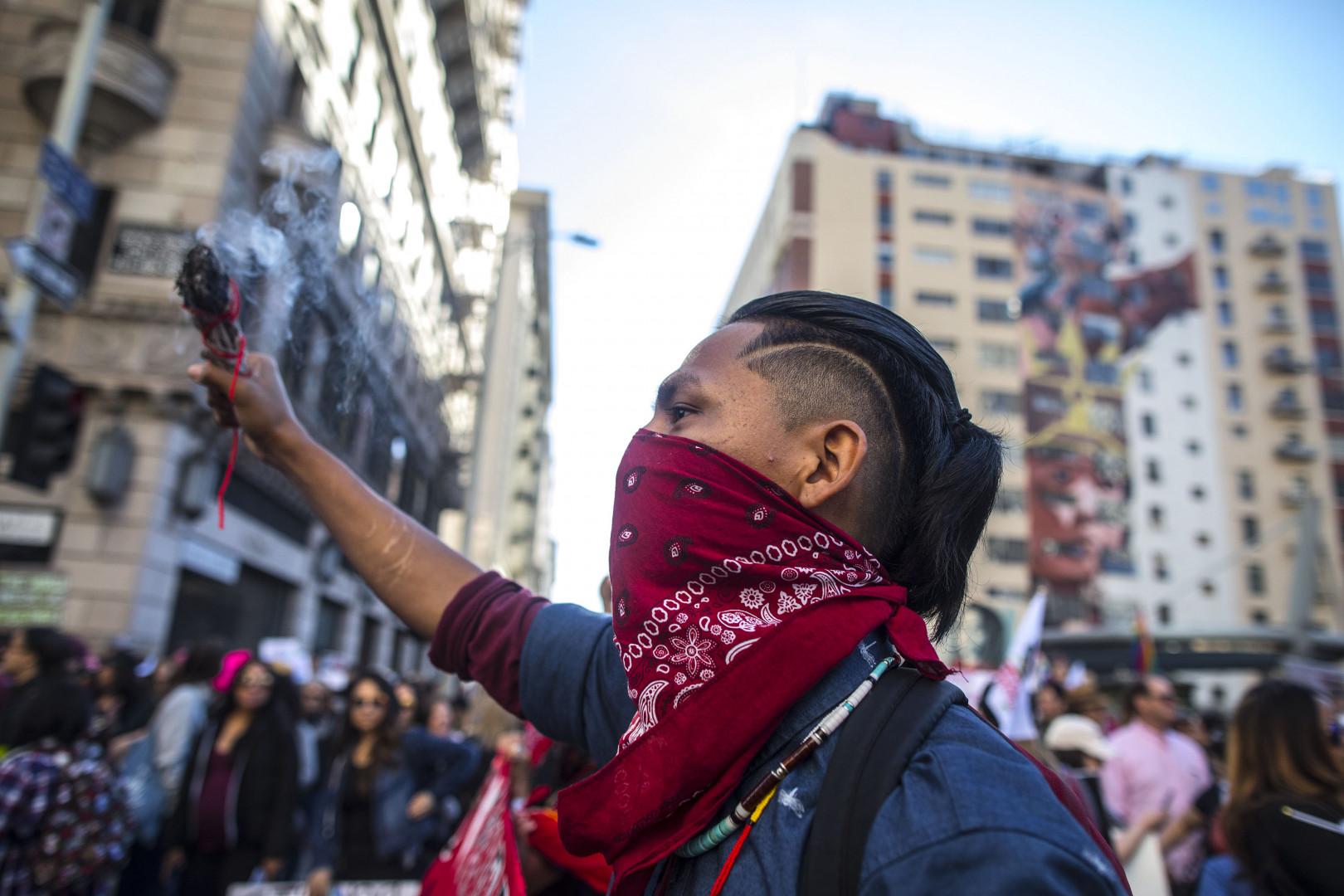 Les manifestants descendent dans les rues de Manhattan lors de la Marche des femmes le 19 janvier 2019 à Los Angeles.