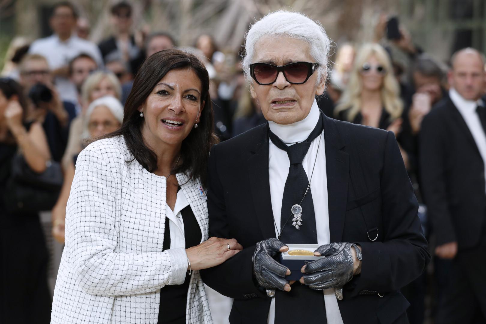 Avec Anne Hildago en 2017. Il reçoit la Médaille de la Ville de Paris