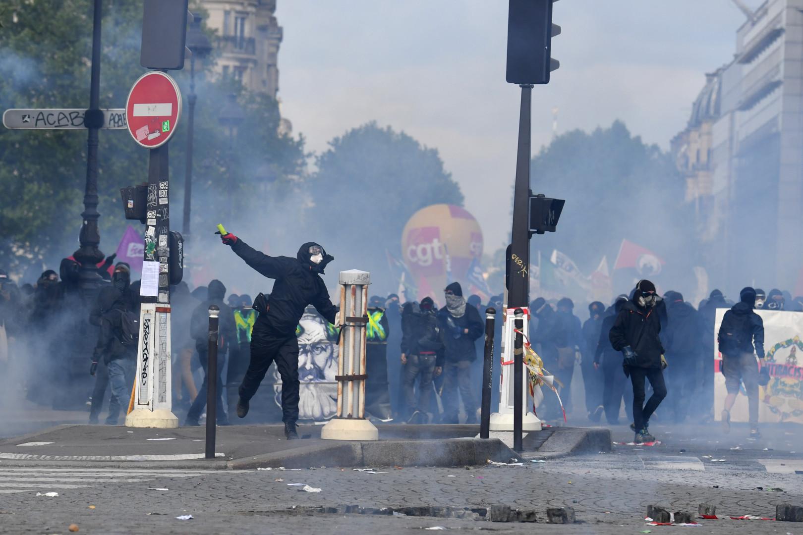 Des individus encagoulés et vêtus de noirs, lors du défilé du 1er mai 2018 à Paris
