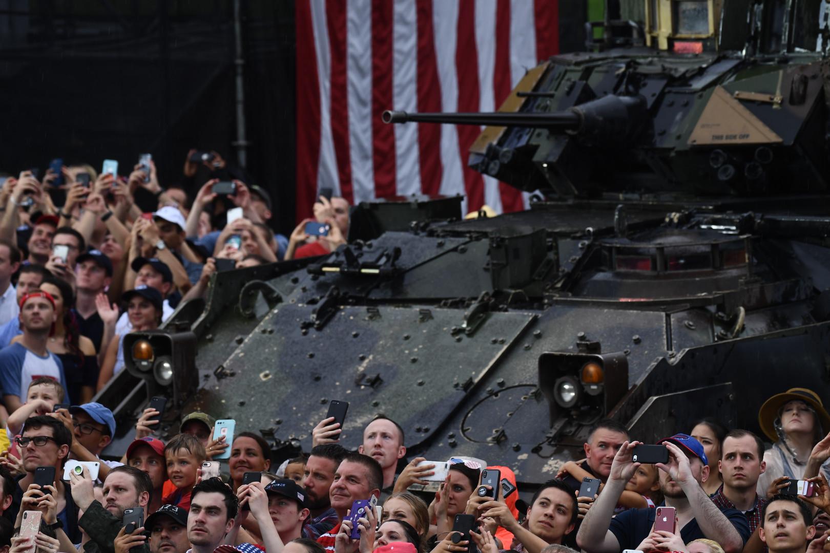 L'un des véhicules blindés placés au milieu de la foule.