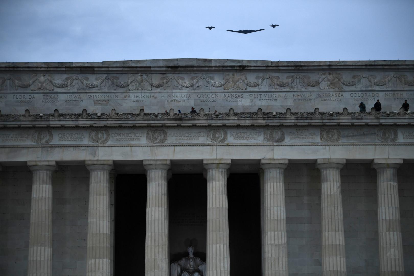 Le discours du président fut entrecoupé du survol de l'A B-2 Spirit, escorté par deux F-22 Raptors.