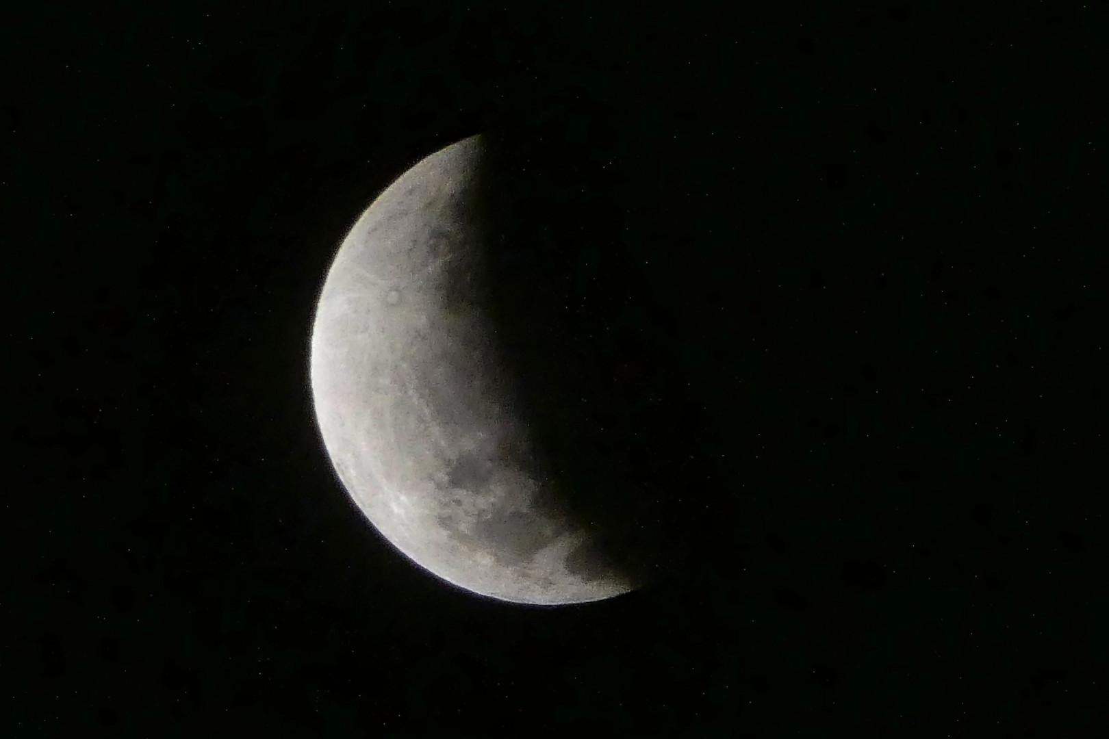 L'éclipse de Lune vue le 17 juillet 2019 depuis Jakarta, en Indonésie