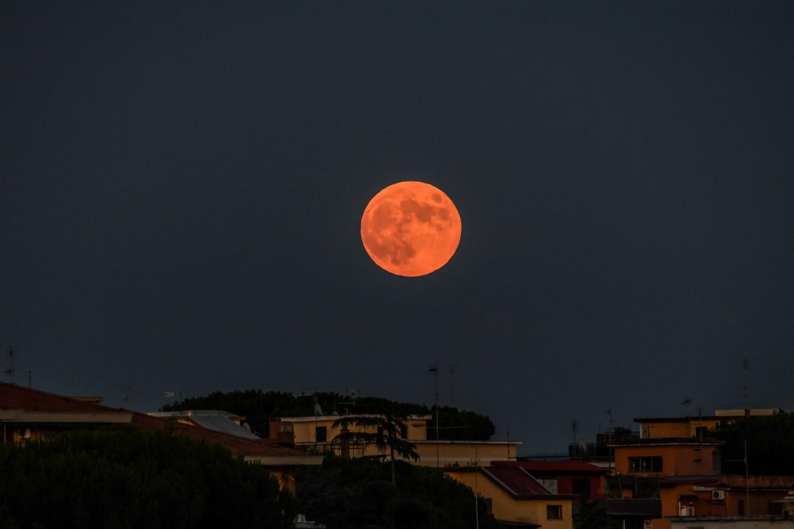 La Lune vue depuis Rome, en Italie, le 16 juillet 2019