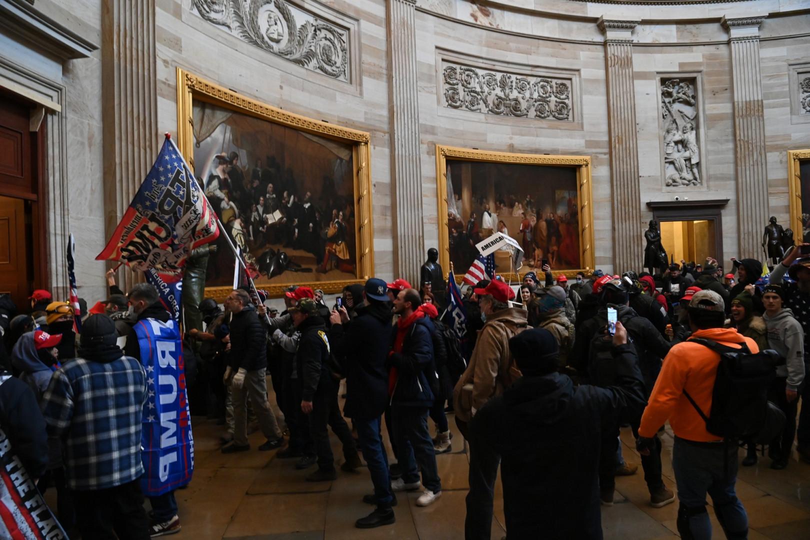 Un peu plus tard, les manifestants ont fait une intrusion dans le Capitole