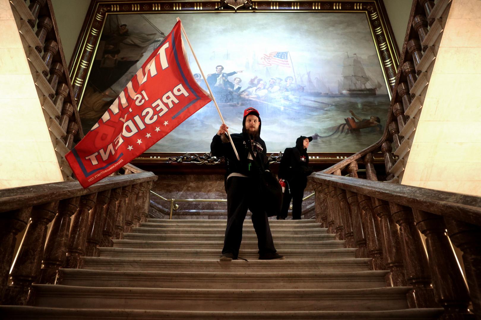 Un manifestant dans les escaliers du Congrès