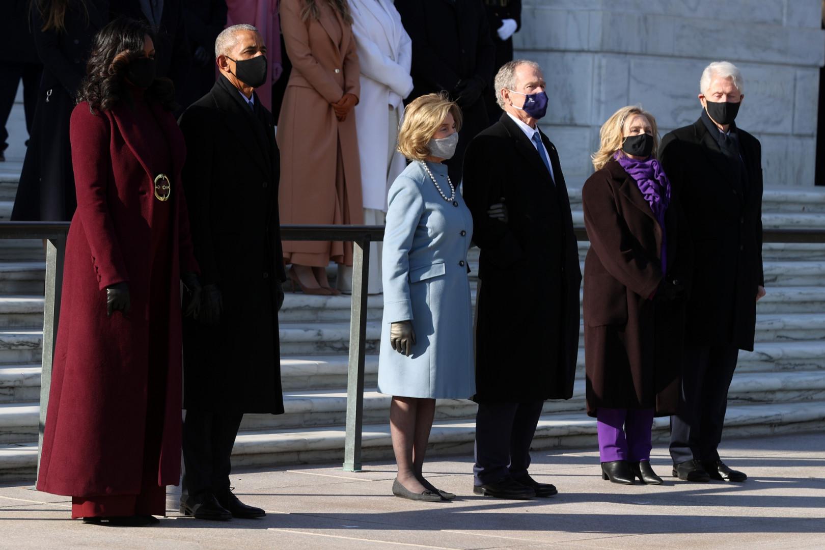 Voulant présenter un front d'unité, les anciens présidents Obama, Bush et Clinton, avec leurs épouses, ont rendu hommage au soldat inconnu au cimetière d'Arlington