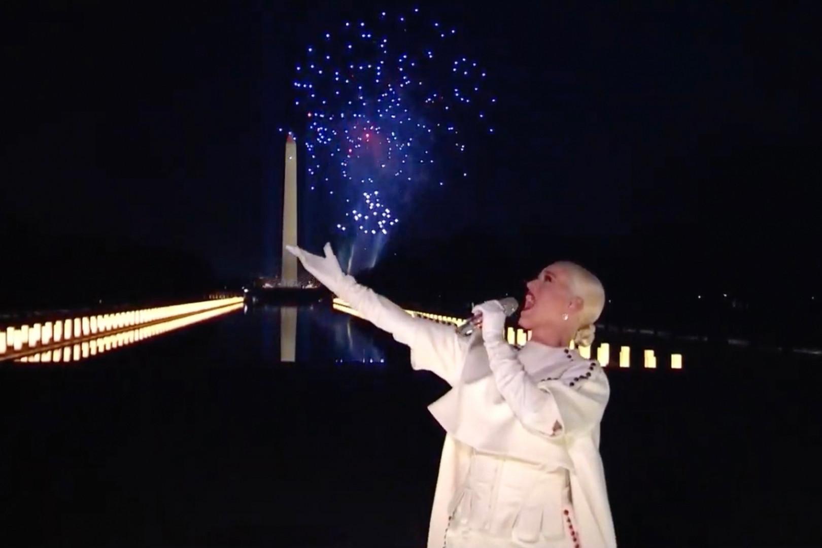 """Clou du spectacle donné en l'honneur du nouveau président, la chanteuse Katy Perry a lancé un feu d'artifice grandiose, avec un titre d'à propos """"Firework"""""""