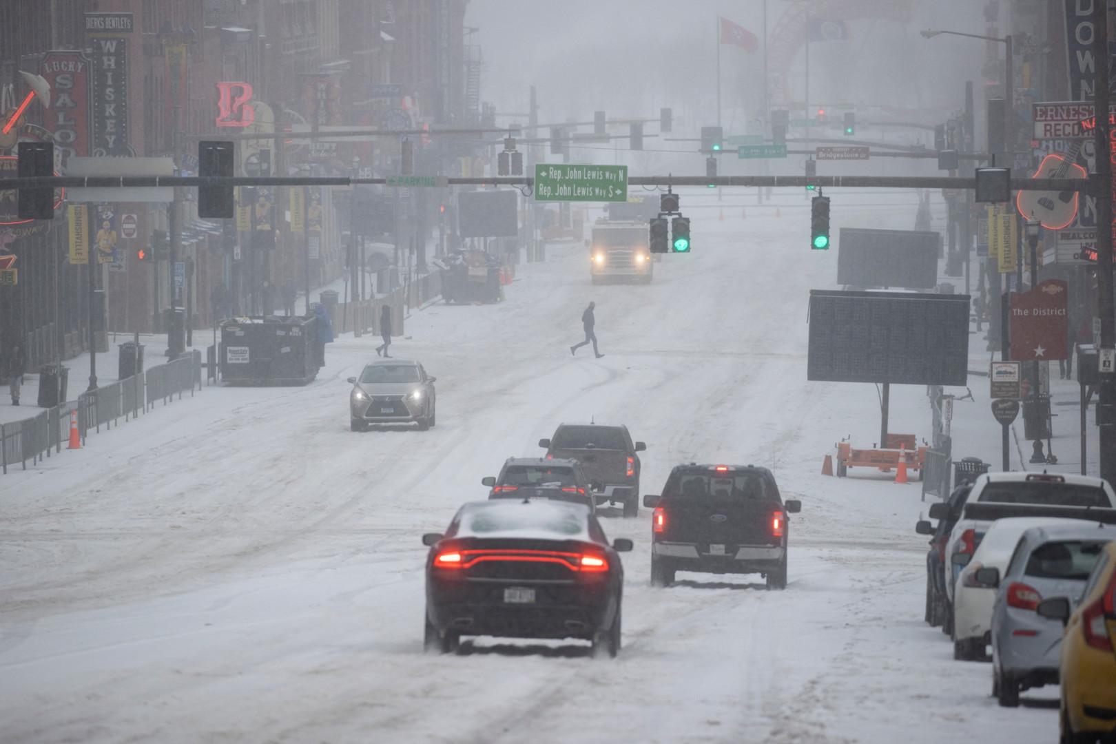 Neige et glace dans une rue de Nashville, Tennessee, le 15 février 2021