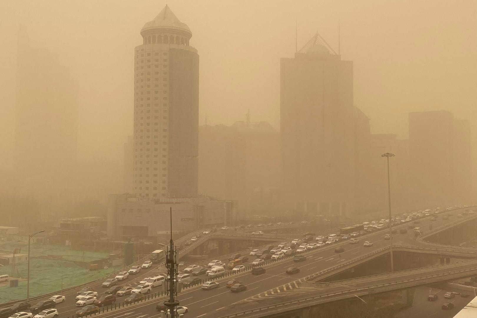 Des bâtiments sont vus dans le quartier central des affaires de Pékin lors d'une tempête de sable le 15 mars 2021.