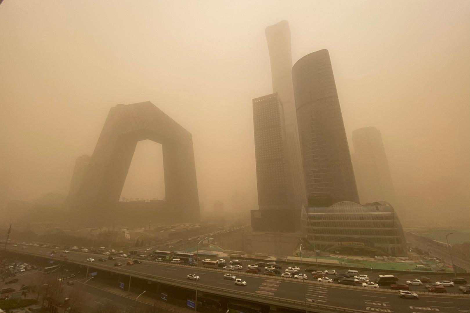 Des bâtiments dans le quartier central des affaires de Pékin lors d'une tempête de sable le 15 mars 2021.