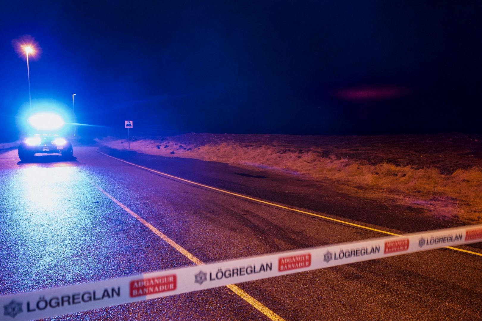 Un véhicule de police barre la route la route menant à la zone près de la ville de Grindavik, à environ 40 km à l'ouest de la capitale islandaise Reykjavik, le 19 mars 2021