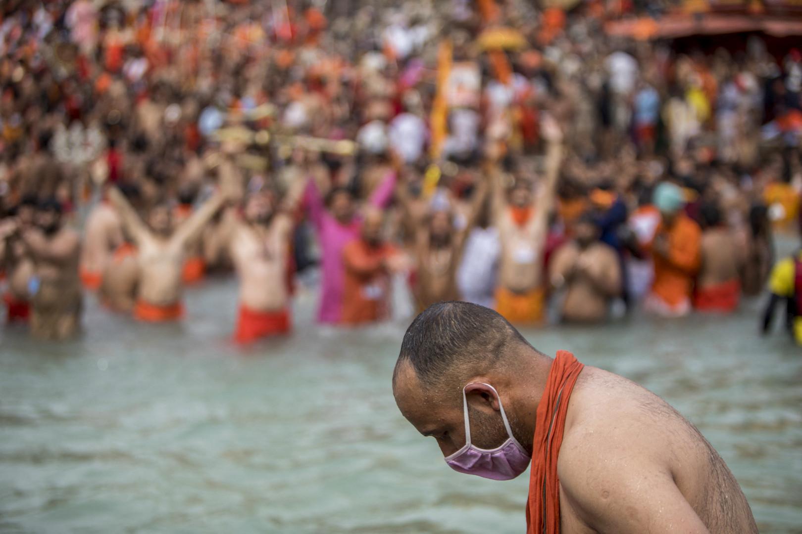 """Les """"Sadhous"""", les hommes saints hindous, célébrant le Kumbh Mela dans le Gange, à Haridwar, le 12 avril 2021"""