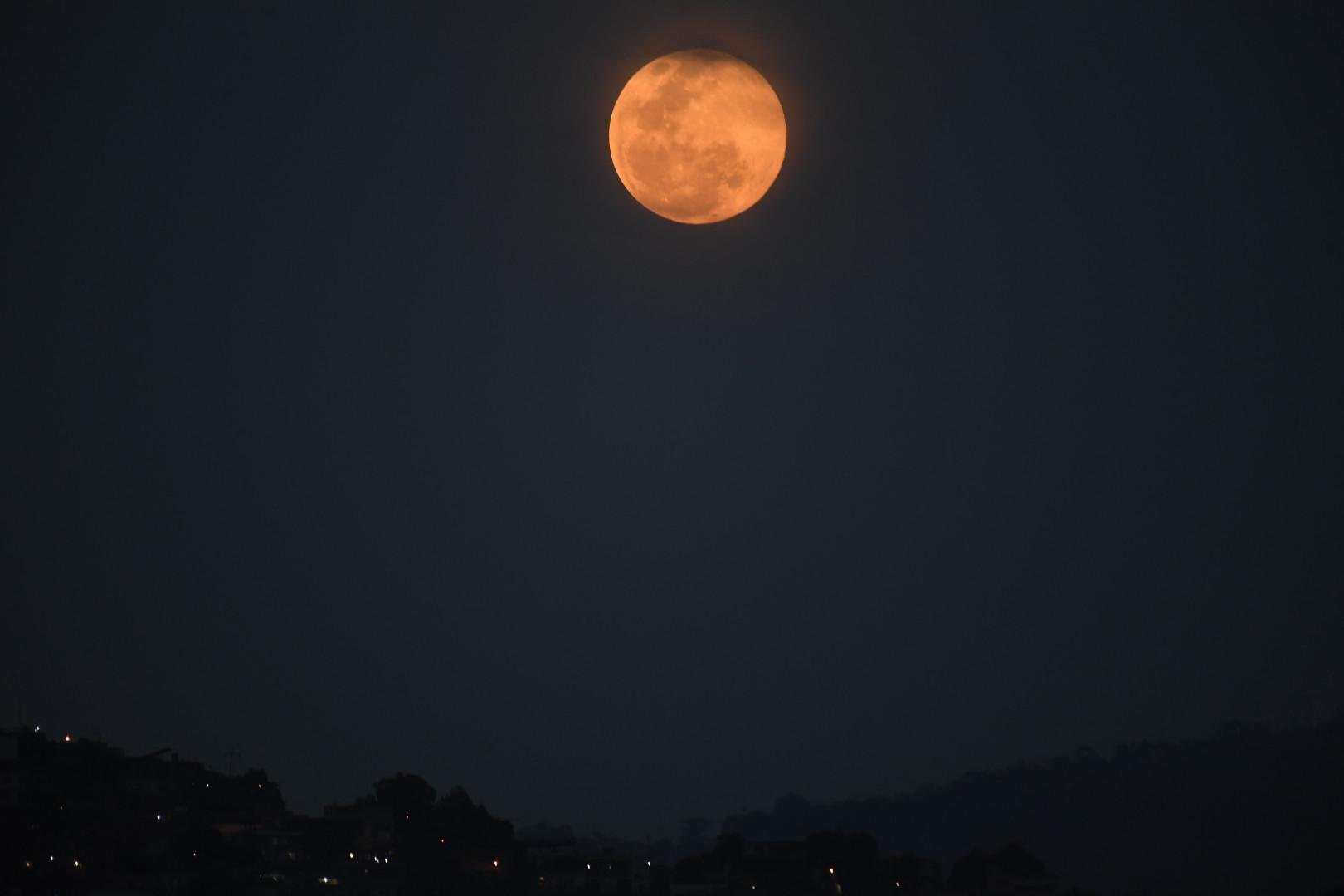 """La """"Super Lune rose"""", observée dans le ciel de Caracas, au Venezuela"""