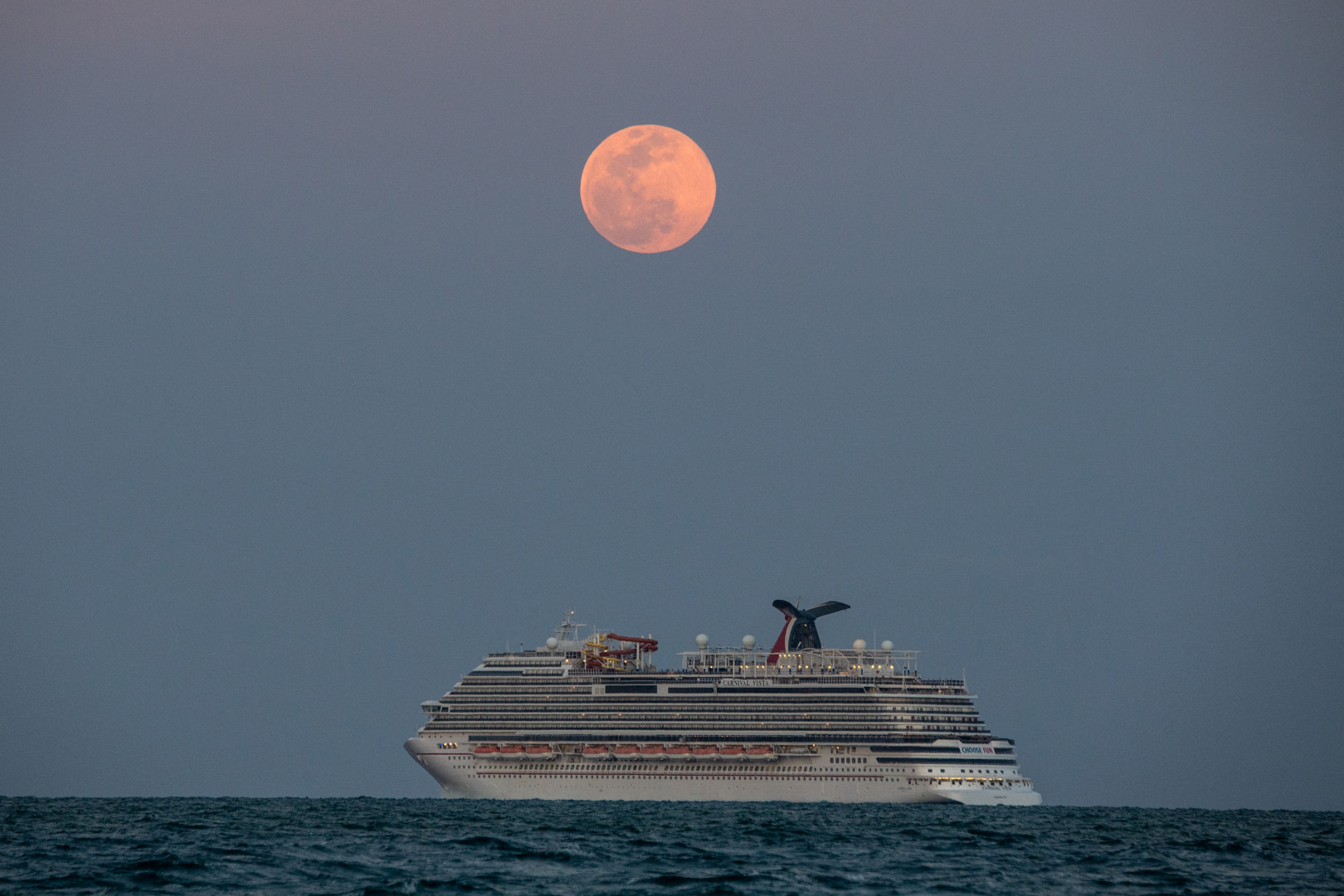 """La """"Super Lune rose"""", surplombant un bateau au large de Miami"""