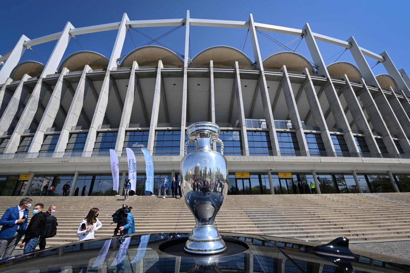 Le trophée de l'Euro devant le Arena Nationala de Bucarest en avril 2021
