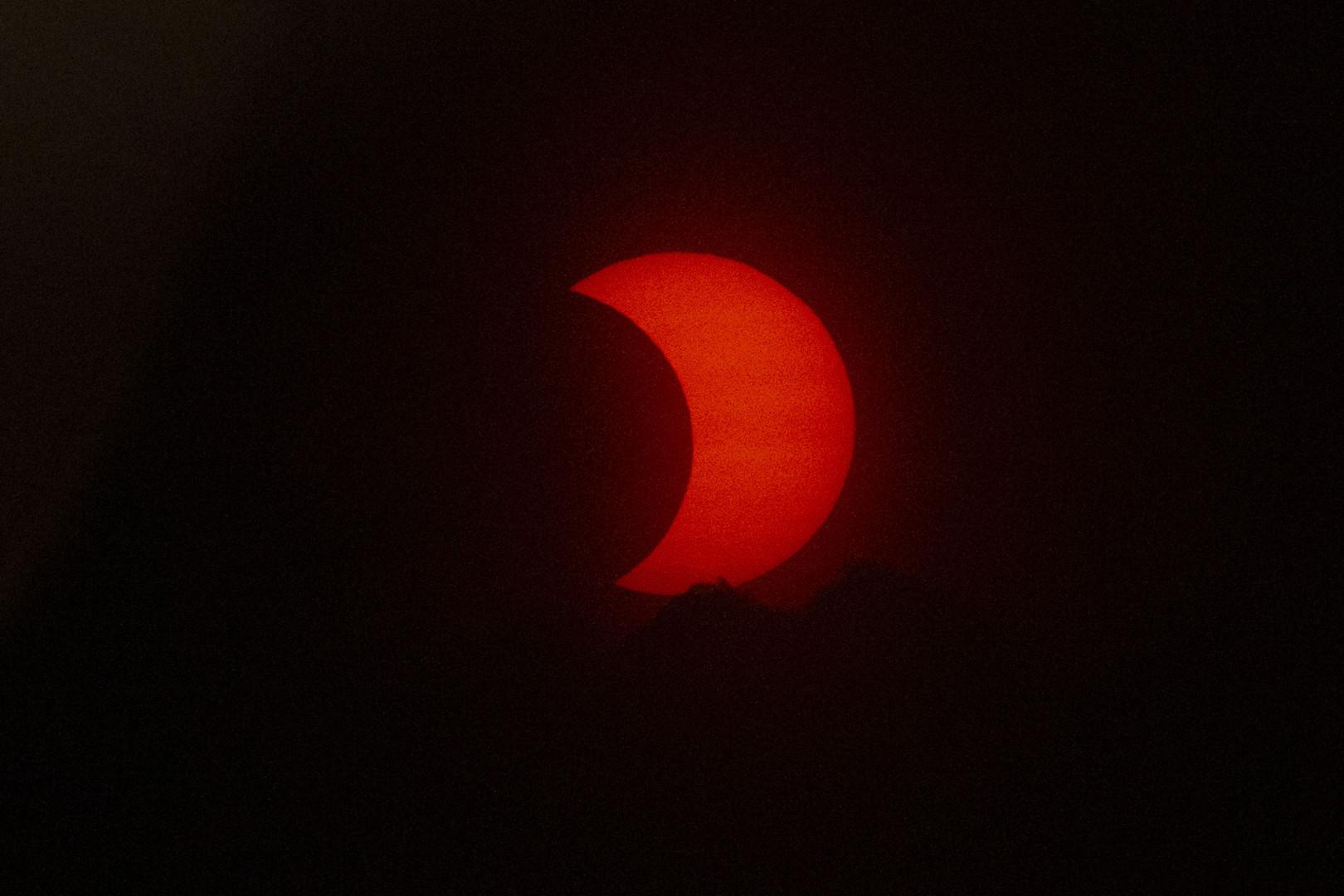 Un soleil éclipsé se lève sur New York le 10 juin 2021 vu de Jersey City, New Jersey.