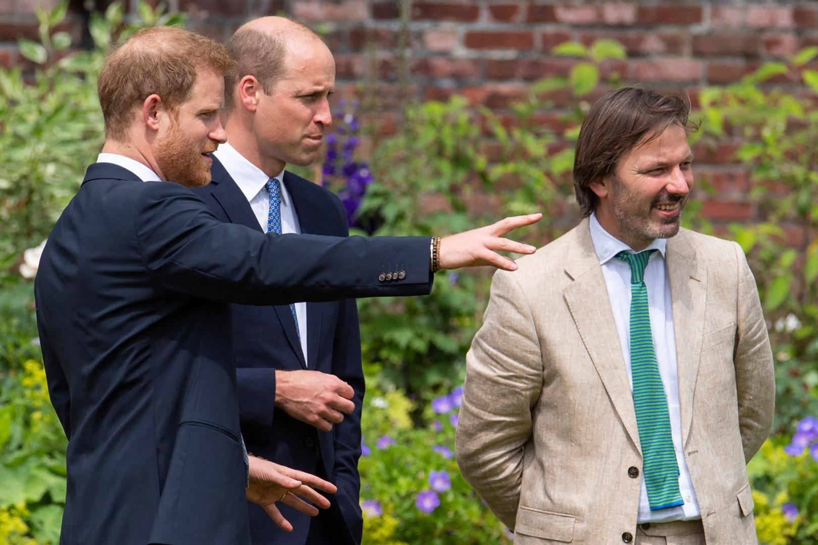 Les princes Harry et William discutant avec Pip Morrison, le paysagiste