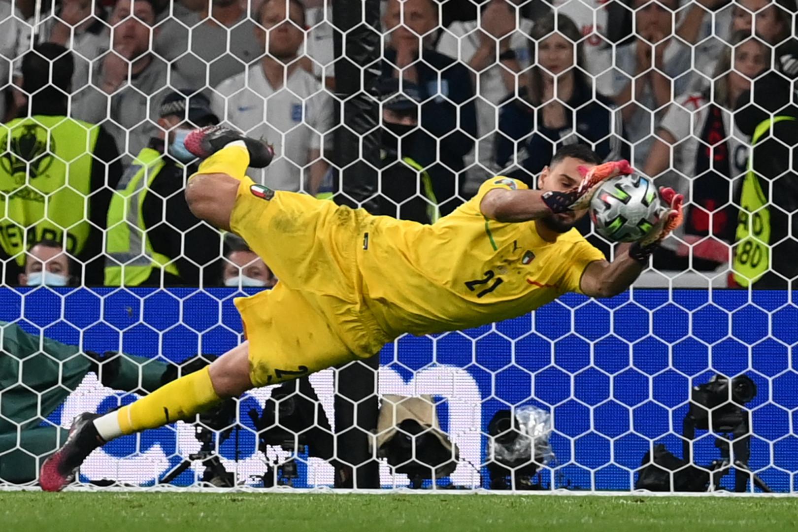 Gianluigi Donnarumma arrête le tir au but de Sancho en finale de l'Euro à Wembley le 11 juillet 2021