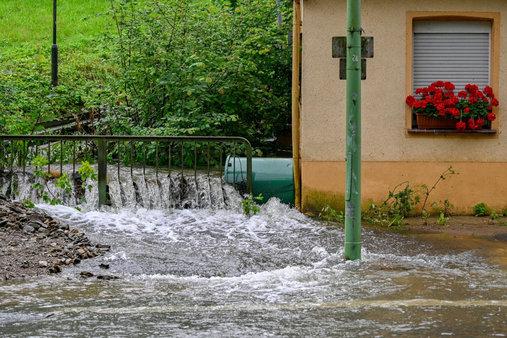 La rivière Volme déborde dans une rue de Priorei près de Hagen, dans l'ouest de l'Allemagne le 15 juillet 2021, après de fortes pluies qui ont frappé le pays.