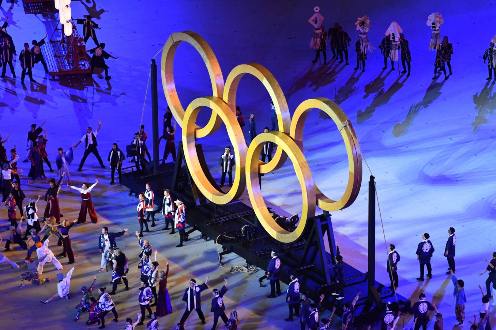 Les anneaux olympiques assemblés pour former le célèbre logo