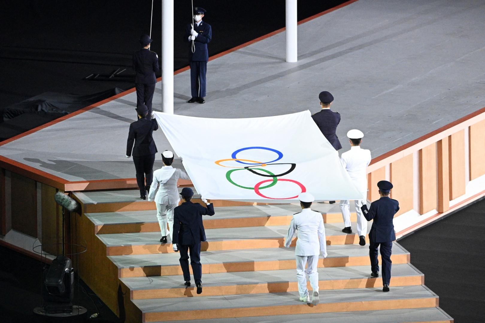 Le drapeau olympique avant qu'il ne soit hissé à côté du drapeau japonais