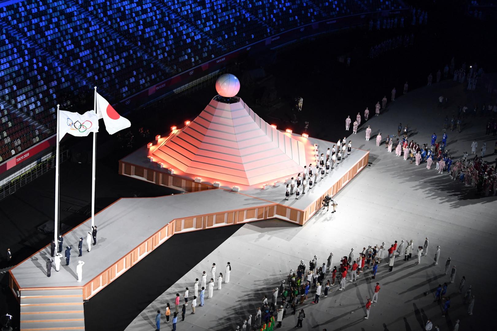 Les deux drapeaux et le temple éphémère dans le stade olympique